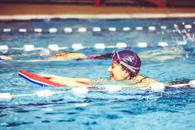 nageur avec planche